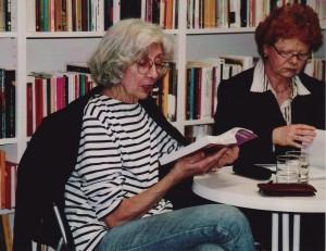 Maria Isabel Barreno (li.) und Renate Heß im Jahr 2005 bei einer Lesung in unserer Buchhandlung